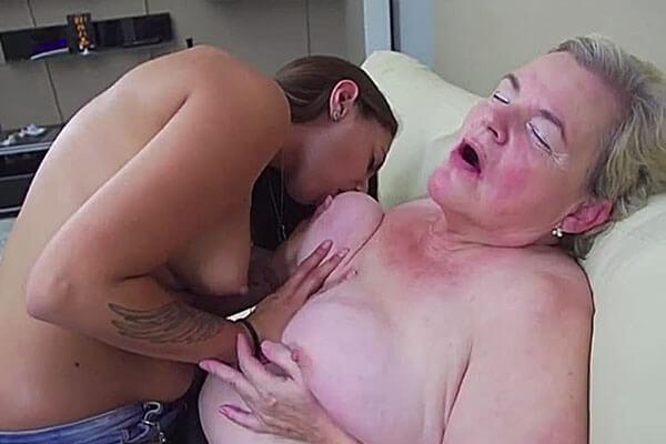 geile oma wird von versauter lesbe im kostenlosen porno video geleckt